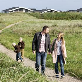 Familie går tur i naturen ved Skallerup Seaside Resort